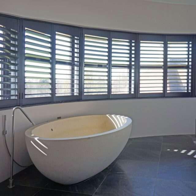 Raamdecoratie zonweringen voor in de badkamer